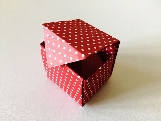 How to turn postcards into gift boxes?